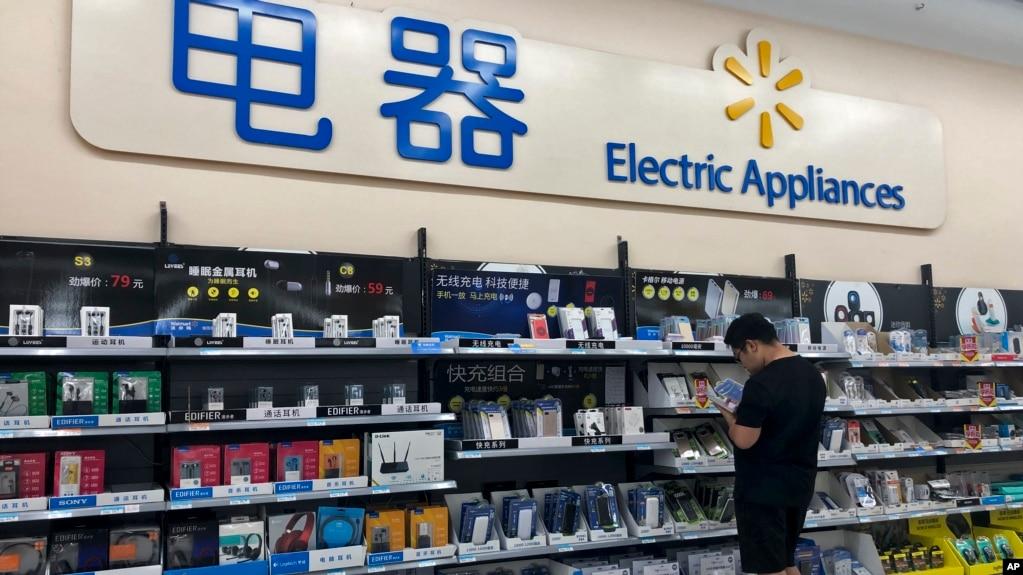 一名男子在北京看数字配件。(2019年5月9日)
