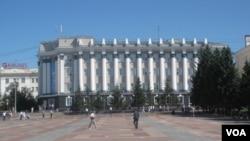 俄罗斯远东布里亚特共和国政府大楼,以及首府乌兰乌德市中心的列宁广场。(美国之音白桦)