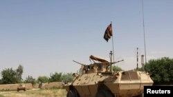 一辆军车行驶在阿富汗拉什卡尔赫赫尔曼德省的巴布吉地区(资料照片)