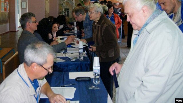 Voting in central Donetsk, Ukraine, May 11, 2014. (Jamie Dettmer/VOA)