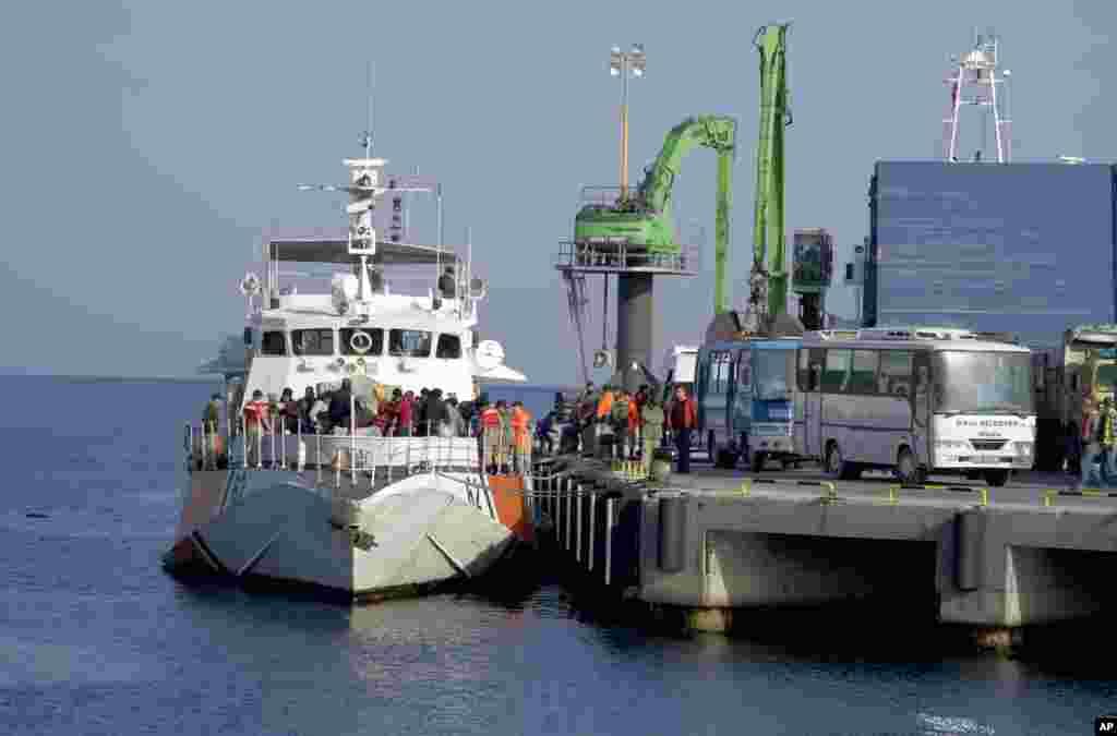 ترکی اور یورپی یونین کے درمیان طے پانے والے ایک متنازع معاہدے کے تحت یونان نے پناہ گزینوں کی دوسری کھیپ کو ترکی واپس بھیج دیا گیا ہے۔