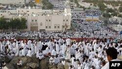 Tín đồ Hồi giáo cầu nguyện trên Núi Mercy trong ngày lễ Hajj, bên ngoài thành phố Mecca, Ả Rập Xê Út, ngày 5 tháng 11, 2011
