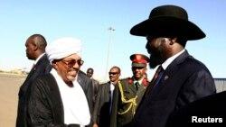 Tổng thống Sudan Omar Hassan al-Bashir bắt tay với Tổng thống Nam Sudan Salva Kiir (phải) tại sân bay Khartoum, ngày 4/11/2014.