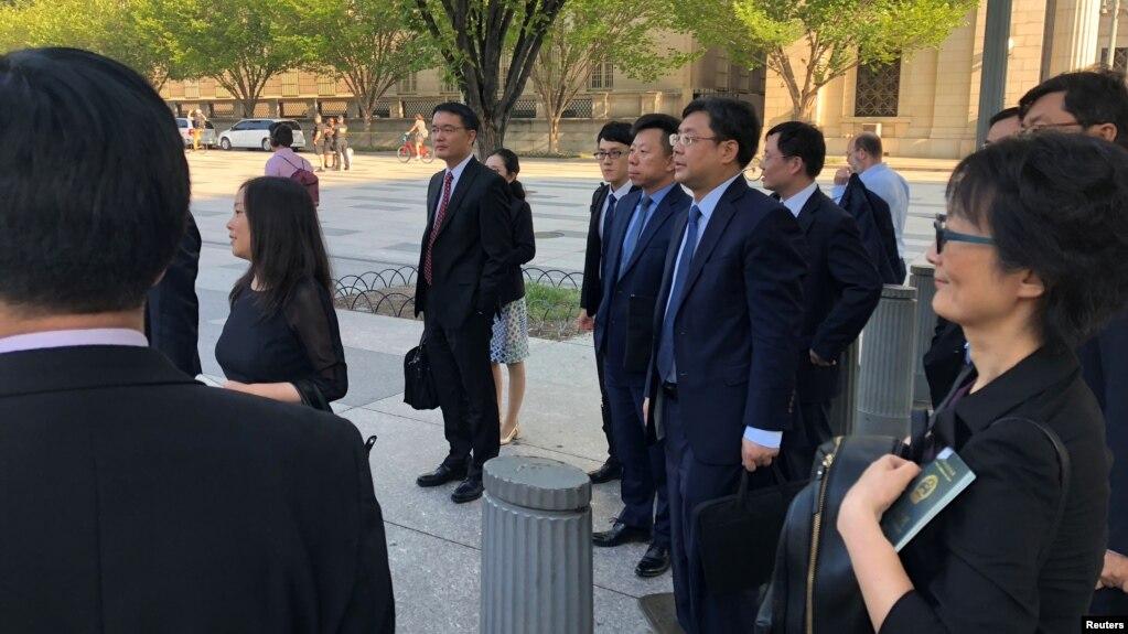 Miembros de la delegación comercial de China, encabezada por el vice ministro Wang Shouwen aguardan para ingresar a la sede el Departamento del Tesoro en Washington, D.C., el jueves, 23 de agosto de 2018.
