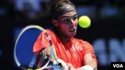 Rafael Nadal mengembalikan bola lawannya Ryan Sweeting dari Amerika dalam pertandingan babak kedua Australia Terbuka hari Kamis (20/1).