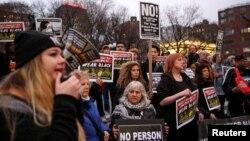 1일 미국 뉴욕 맨해튼에서 DACA 수혜자들과 이민옹호단체 회원들이 트럼프 행정부의 이민 규제 정책에 항의하는 집회를 열었다.
