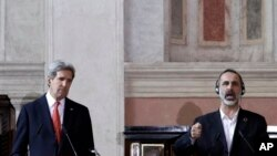 美國國務卿克里(左)星期四與敘利亞反對派聯盟領導人哈提卜出席國際會議後的新聞發佈會。