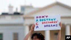 Một người biểu tình giơ biểu ngữ trước Tòa Bạch Ốc hôm 4/9, phản đối dự định hủy bỏ DACA.