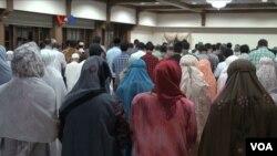 Warga Indonesia melakukan sholat Tarawih di Wisma Indonesia