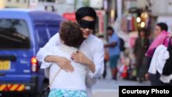 서울 인사동 거리에서 시민이 탈북민 청년 허준 씨를 안아주고 있다. 사진출처: Youtube/Junstory
