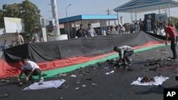 Những người dân Afghanistan thu thập tài sản của các nạn nhân vụ nổ bom tấn công vào cuộc tuần hành của hàng ngàn người sắc tộc Hazara, ngày 23 tháng 7 năm 2016.
