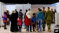 یک خانواده پناهجوی سوری که در فرودگاه امان، پایتخت اردن، در حال آماده شدن برای پرواز به مقصد کانادا هستند - دی ماه ۱۳۹۴