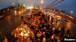 Người dân tụ tập tại nơi ông Boris Nemtsov bị sát hại, ở trung tâm Moscow, 28/2/2015.