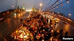 지난 달 28일 밤, 넴초프가 총격을 받은 현장에 조화와 촛불을 든 추모객들의 발길이 이어지고 있다.
