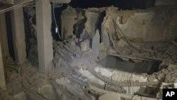 طرابلس پر بمباری کی وجہ سے ایک سرکاری عمارت کو پہنچے والے نقصان کا ایک منظر