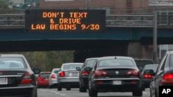 Un letrero electrónico advierte contra el uso de móviles para enviar o recibir textos mientras se conduce.