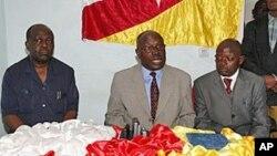 Lucas N'Gonda (centro), em Luanda, contesta Ngola Kabango