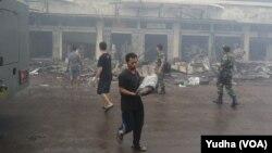 Pedagang menyelamatkan barang dagangannya sisa kebakaran Pasar Klewer Solo, Senin 29 Desember 2014 (Foto: VOA/Yudha)