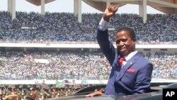 Le président Edgar Lungu de la Zambie, salue la foule lors de son investiture à Lusaka, en Zambie, 13 septembre 2016.
