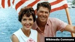 رونالد و نانسی ريگان سوار بر قايقی در سال ۱۹۶۴.