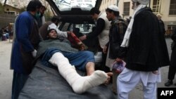 Para petugas mengangkut korban luka-luka dalam serangan bom bunuh diri terhadap pertemuan ulama di Kabul yang menewaskan sedikitnya 55 orang, 21 November lalu.