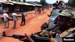 중앙아프리카 공화국의 수도 방기에서 셀레카 무장분자들이 총을 겨누고 있다. (자료사진)