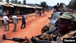 Başkent Bangui'de devriye gezen Selika gerillaları