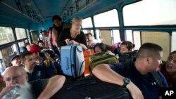 Mexicanos y turistas internacionales son trasladados a un refugio, en previsión a la llegada del huracán Patricia, en Puerto Vallarta, Mexico, 23 de octubre 23, 2015.