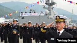 10일 한국 경남 창원시 진해구 해군군항에서 해군의 11번째 유도탄 고속함인 '홍시욱함' 취역식이 열리고 있다.