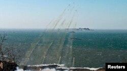 Sub-unit artileri Korea Utara melakukan uji-coba kemampuan jangkauan tembak di tepi barat wilayahnya pertengahan bulan lalu (Foto: dok). Korsel mengukuhkan bahwa Korut telah memindahkan satu misil ke pantai timurnya, Kamis (4/4).