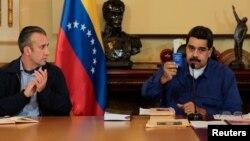 Nicolás Maduro muestra una copia de la Constitución junto a su vicepresidente Tareck El Aissami tras anunciar su disposición a someterse a un referendo.