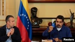 نیکلا مادورو رئیس جمهوری ونزوئلا (راست) در کنار معاون رئیس جمهوری