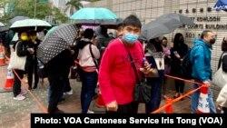 数百名市民3月4日到西九龙裁判法院大楼外,声援被控串谋颠覆国家政权罪的47名民主派人士 (美国之音/汤惠芸)