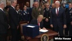 جمهور رئیس ټرمپ د متحده ایالاتو د دفاعي لگښتونو د نوي قانون د لاس لیک پر وخت