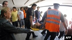 Hành khách được khiêng ra khỏi hiện trường vụ tai nạn đường sắt ở Buenos Aires, 22/2/2012