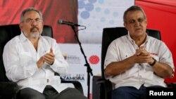 Mantan Presdir Perusahaan Minyak Negara PDVSA, Nelson Martinez (kiri) dan mantan Menteri Perminyakan Venezuela, Eulogio del Pino ditangkap hari Kamis (30/11).