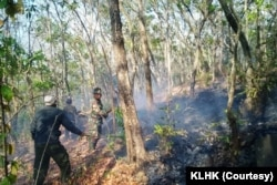 Pemadaman Karhutla di Jawa Timur pada 23 September oleh petugas. (Foto: Courtesy/KLHK)