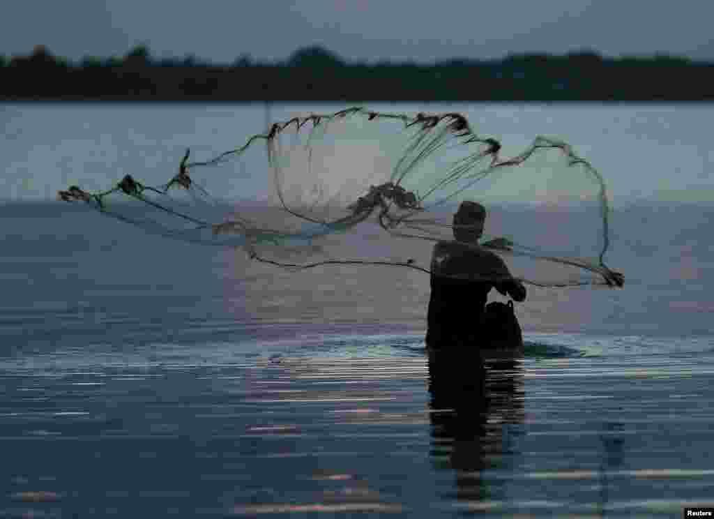 Kallumeyste shabaqiisa tuuranaya si uu mallaay ugu soo dabto, xeebta Batticaloa ee Sri Lanka.