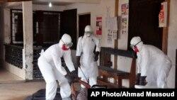 wafanyakazi wa afya Liberia wakinyenyua mwili wa mtu anayeshukiwa kuwa na Ebola