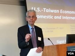 喬治華盛頓大學國際關係教授薩特(美國之音鐘辰芳拍攝)