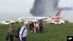 Los pasajeros y la tripulación bajaron del avión deslizándose por un tobogán de emergencia.