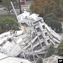 Des équipes de secours à la recherche de survivants sous les décombres de l'immeuble Pyne Gould Guinness de Christchurch