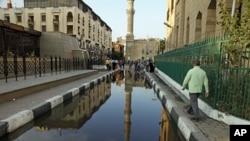 图为位于开罗的伊玛目侯赛因庙一侧