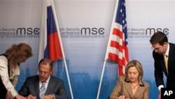 5일, 독일 뮌헨에서 열린 제 47차 국제안보회의에서 새 전략무기감축협정(START) 비준서에 서명하는 힐러리 클린턴 미 국무장관(우)과 세르게이 라브로프 러시아 외무장관