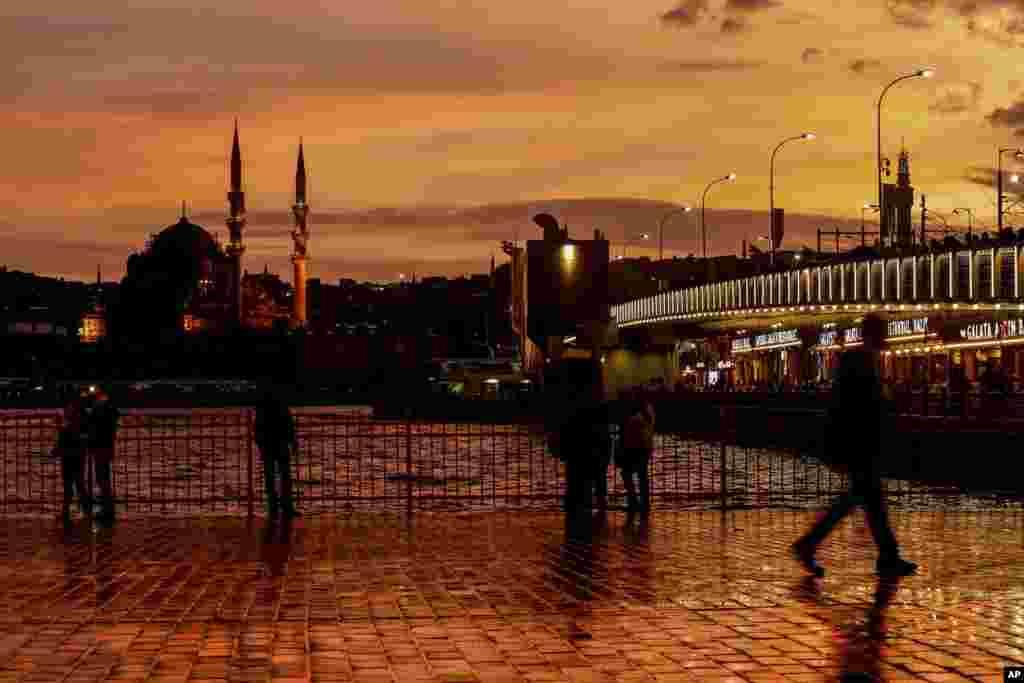پیاده روی در پل گالاتا با منظره ی مسجد جدید در پس زمینه.