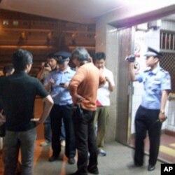 警方在木樨地對外國記者進行盤問和登記