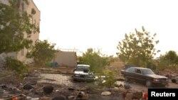 Des débris sont dispersés devant un bâtiment que les insurgés de Boko Haram ont utilisé comme base avant d'être chassés par l'armée tchadienne à Dikwa le 2 mars 2015.