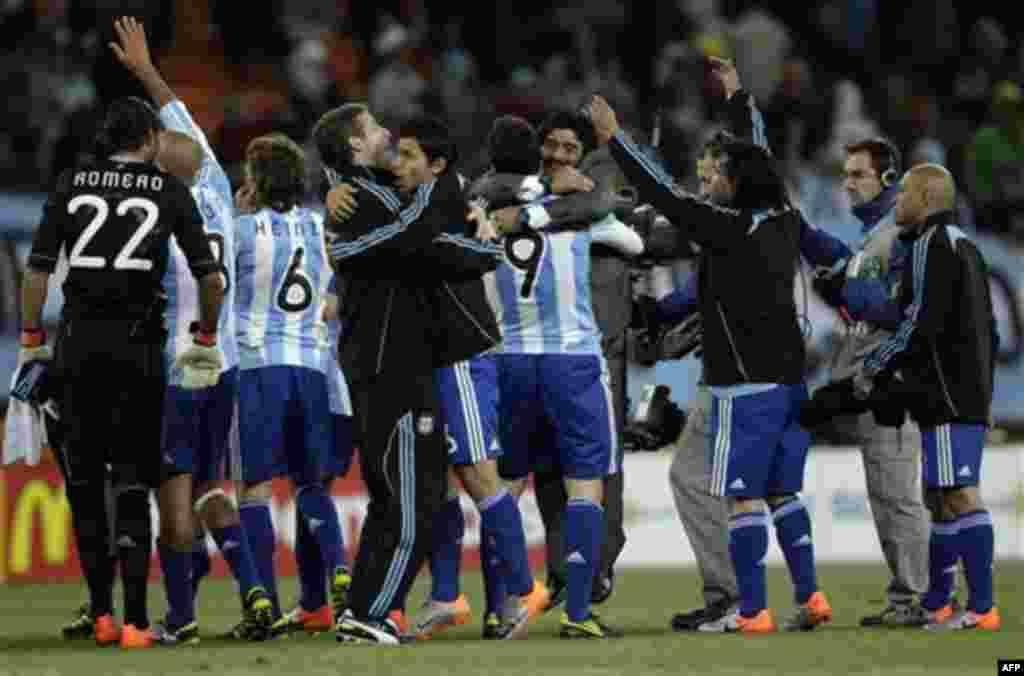 Аргентинские игроки и тренер Диего Марадона празднуют свои победу в матче между Аргентиной и Мексикой на стадионе «Футбол-Сити» в Йоханнесбурге, Южная Африка. Воскресенье, 27 июня 2010г. (Фото АП / Гильермо Ариас)