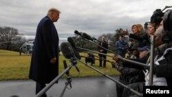 El presidente Donald Trump respondió preguntas de los periodistas sobre temas variados cuando salía de la Casa Blanca hacia Carolina del Norte el 7 de febrero de 2020.