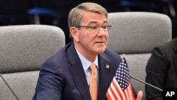 El secretario de Defensa de EE.UU., Ash Carter, dice que el presidente electo Donald Trump debe apoyar la OTAN y las alianzas en Asia.